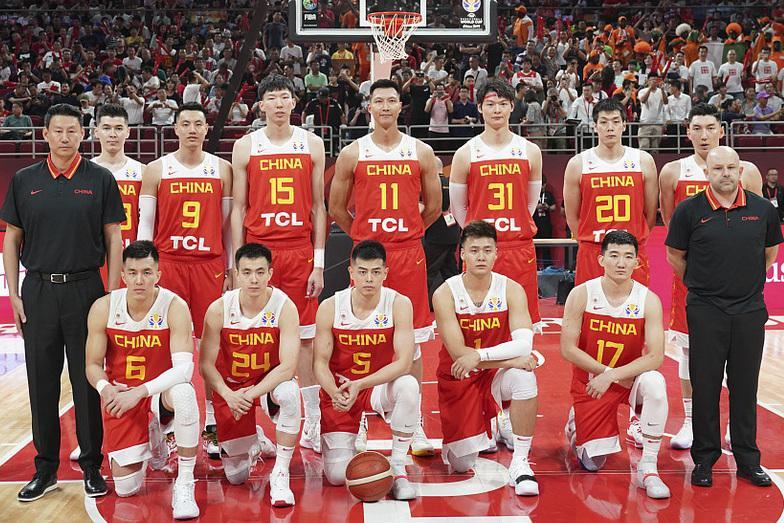 中国惨败李楠甩锅,10个问题想问问你,中国男篮怎么就成国足了?