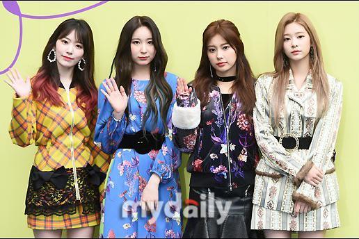 韩国女团IZ*ONE出席2020 S/S首尔时装周活动
