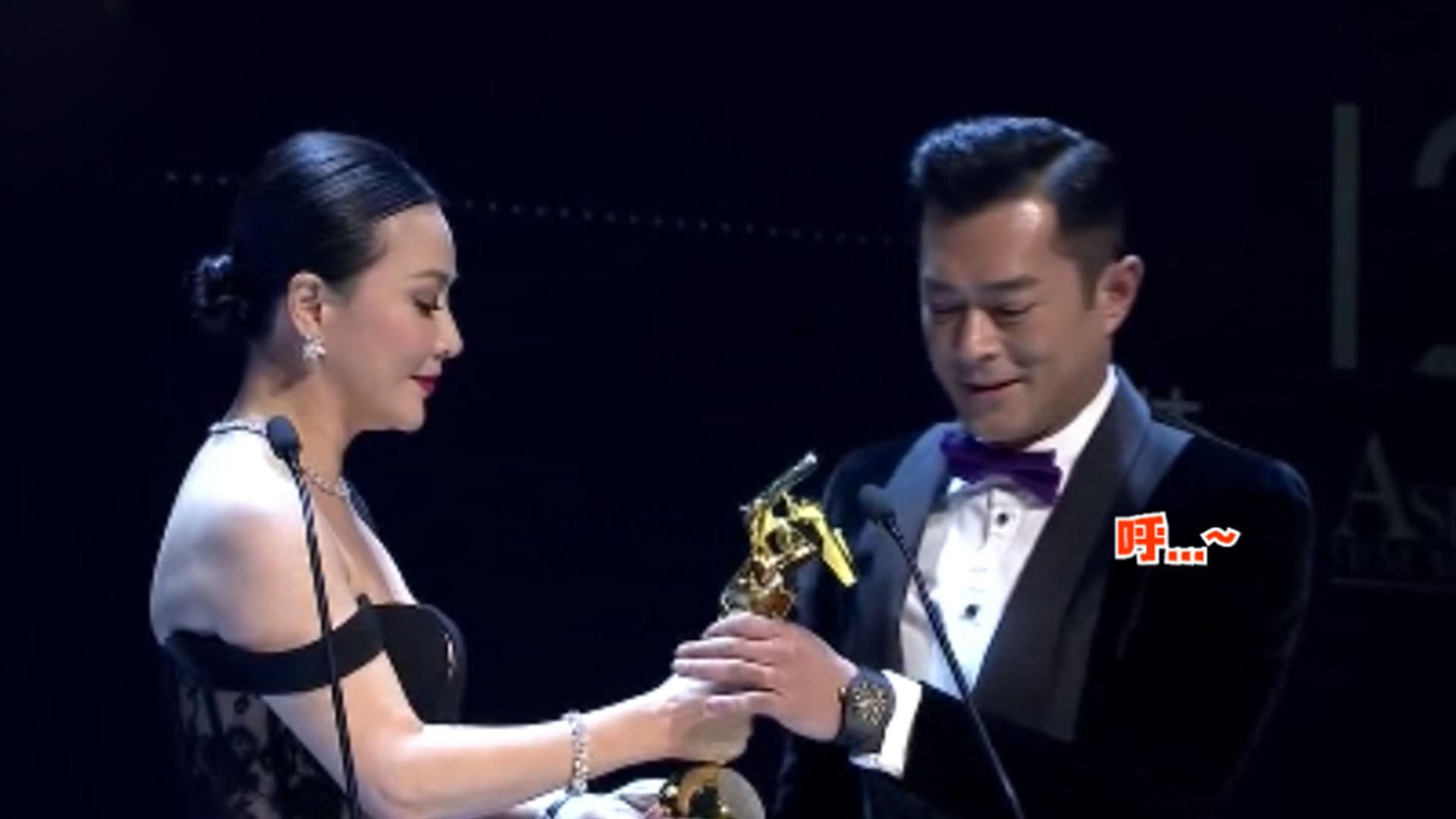 刘嘉玲颁奖典礼出意外,古天乐目不斜视,却还是暴露了小心思!