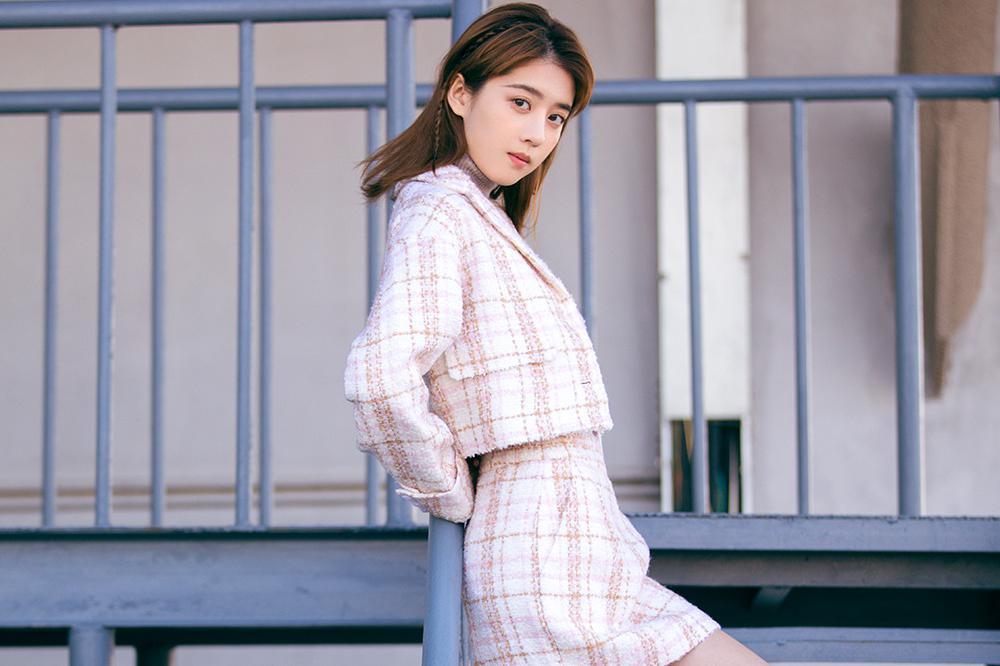 李凯馨初冬写真曝光  小香风花式毛呢套装彰显少女的浪漫