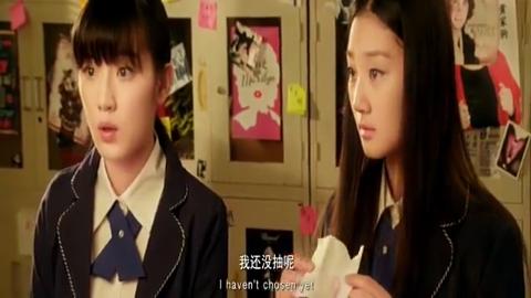 两位小姑娘为争当播音的位置而反目而老师却私自内定人选