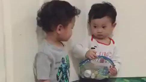 宝宝真是眼疾手快,随手拿着手里的包包就还起手来