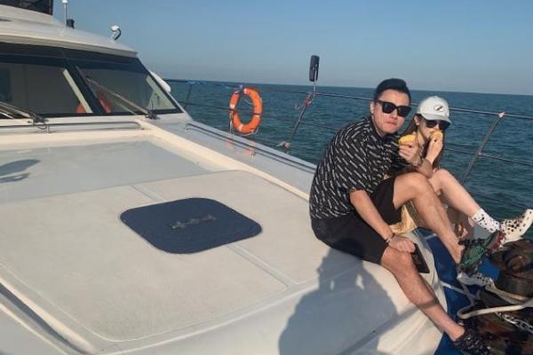 郜林开豪华游艇出海捕鱼,穿6000块裤衩与妻子合影引争议:真豪!