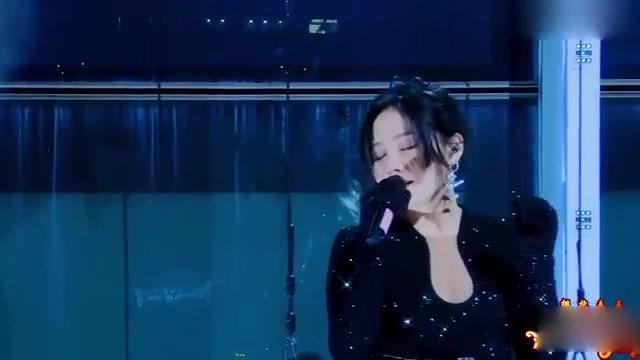 张靓颖高空演唱《我的梦》,网友:看着都担心!