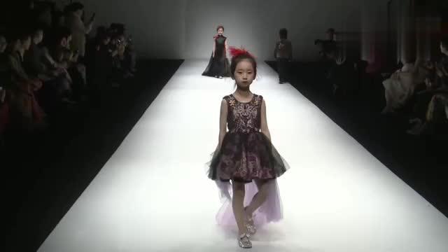 红色的小裙子,小朋友走起秀来有模有样,太可爱了