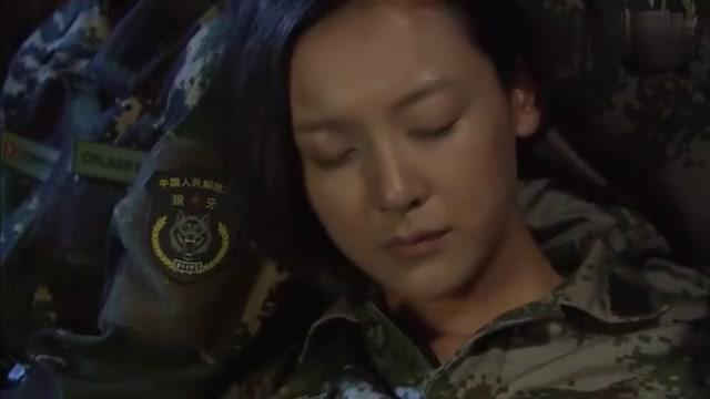 火凤凰:女兵们被关进牢房,一直这样下去不行,得避开监视器!
