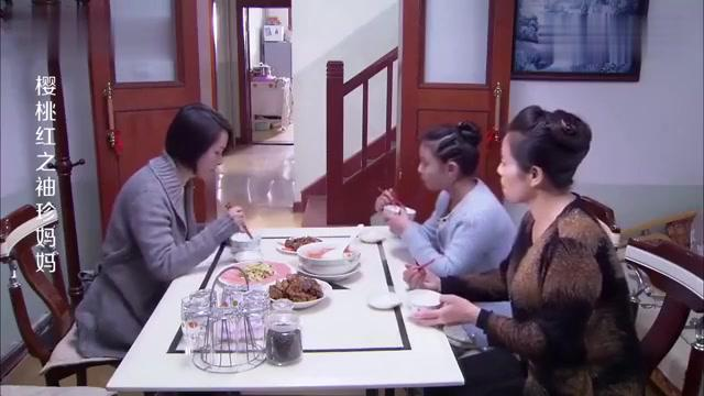女孩不想挨着班里土包子坐,母亲不同意给她调座位,她气的不吃饭