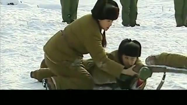 雪地训练打枪,男子连爬都爬不好,差点滑倒!