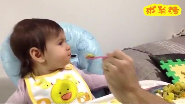 爸爸喂宝宝吃饭,小娃却死活不肯张嘴,爸爸无奈用巧克力钓鱼执法
