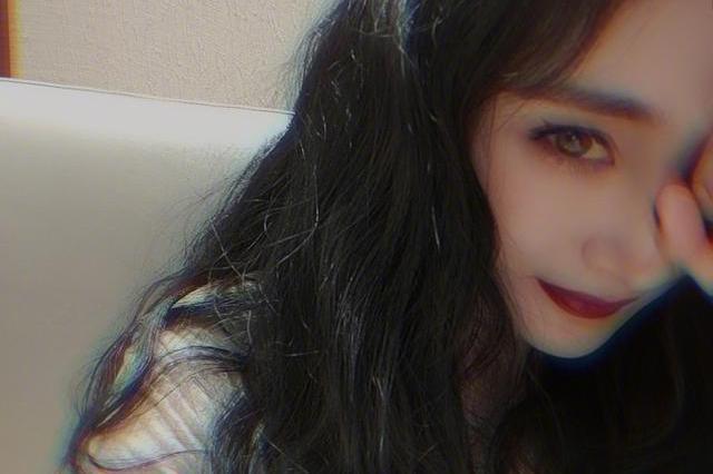 杨幂晒自拍一改小清新,化浓重的眼妆戴美瞳,涂烈焰红唇显诱惑