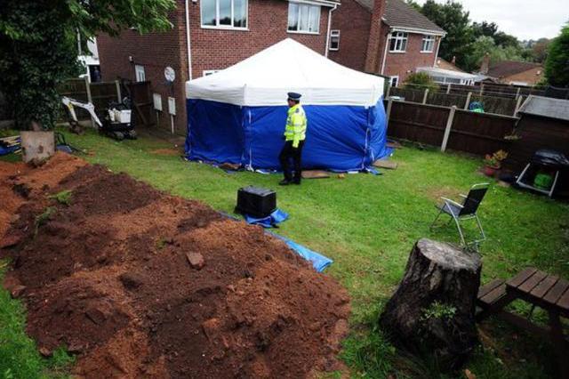 英国女子疑惑自家花园种不出花,直到警察从中挖出两具受害者尸体