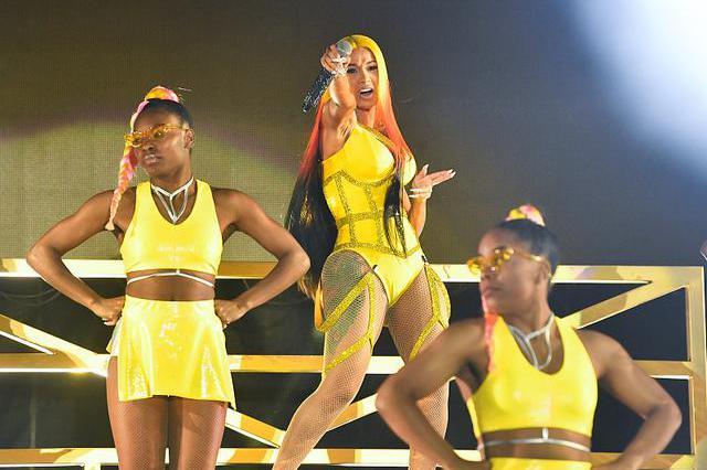 嘻哈公主卡迪·B亮相迈阿密音乐节 染渐变发色全黄LOOK吸睛
