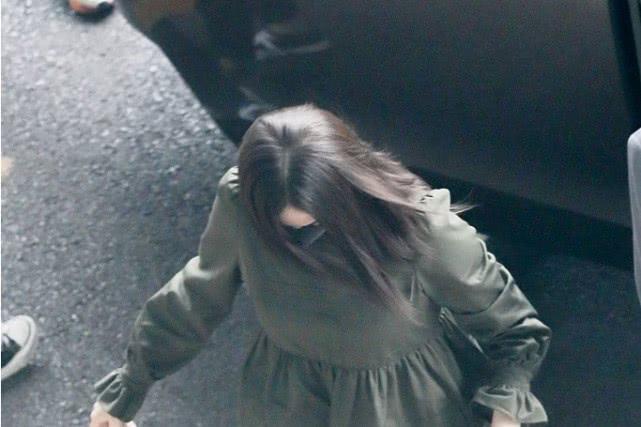 古力娜扎穿短裙现身机场大秀美腿,摄影师的俯拍视角竟把她拍胖了
