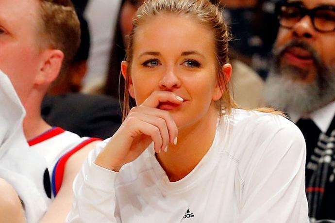 NBA的最美女记者,颜值逆天还曾被詹姆斯索吻!