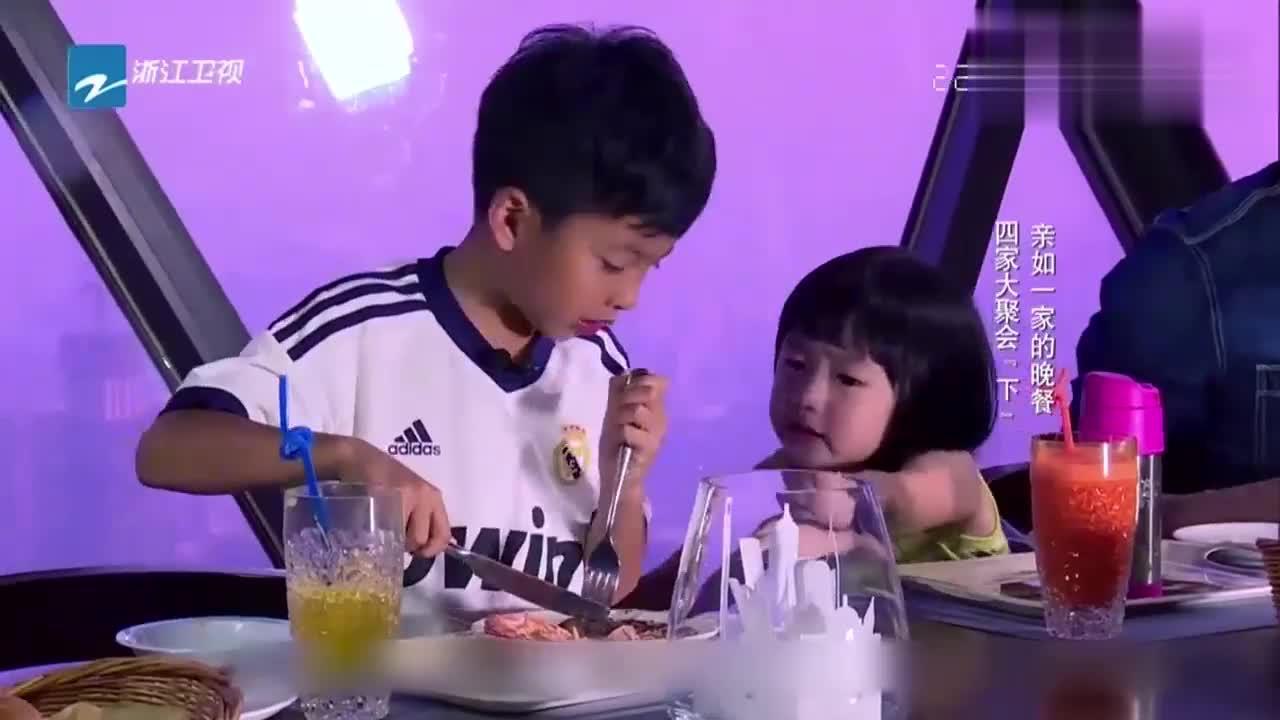 吴尊帮华谊总裁儿子剥虾,女儿要哭鼻子啦,这小表情!