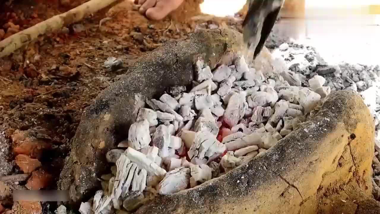 小哥炼铁成功打造第一把铁器