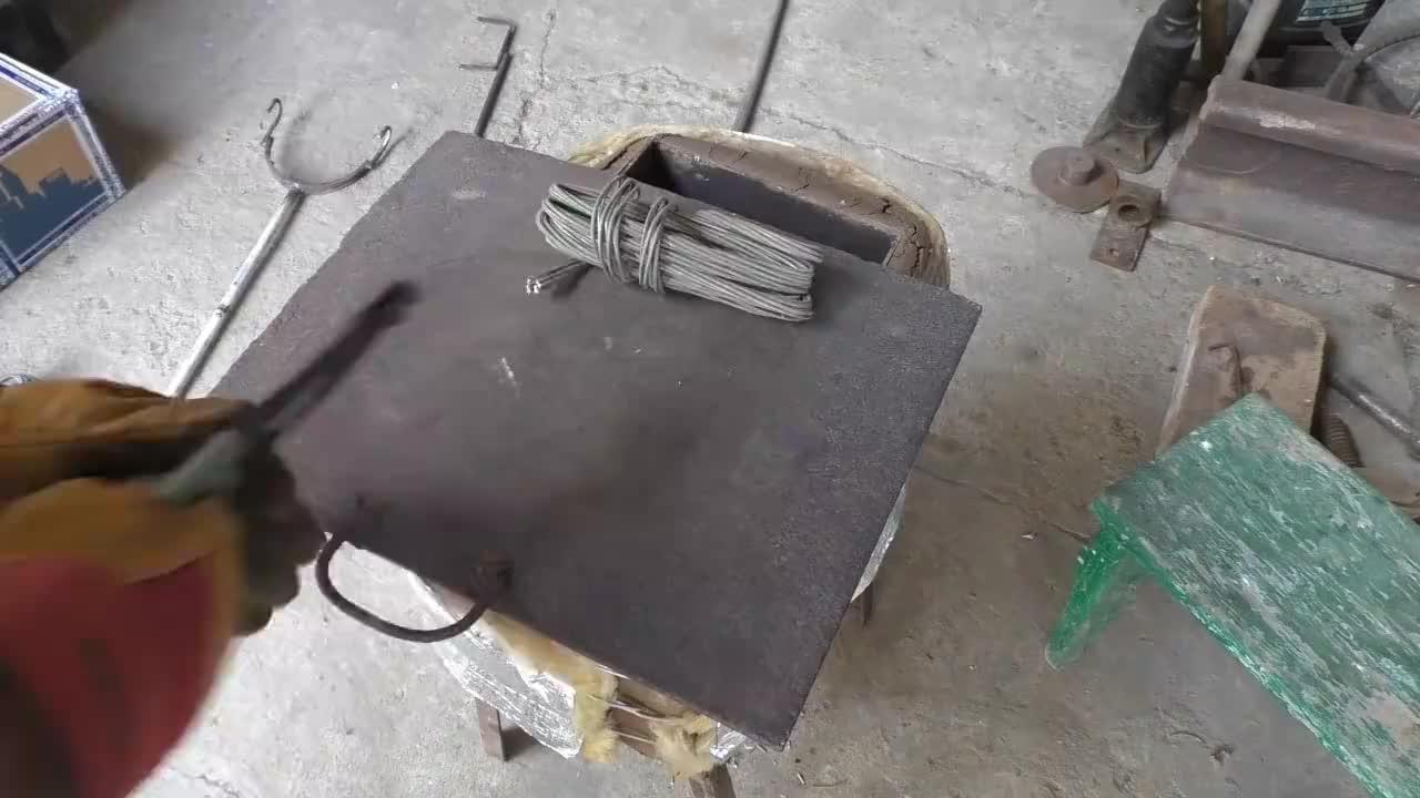 熔化的铝水倒进模具浇铸一把锤子这个成本可不低啊