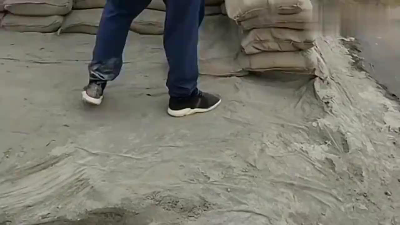 高手在民间小伙子自制搬水泥神器恕我直言可以申请专利了