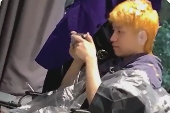 LOL:玩家理发店偶遇厂长,一头黑发染成金色,网友:至臻明凯
