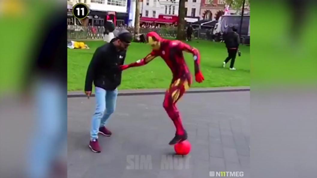 超级英雄走上街头和路人玩起球技