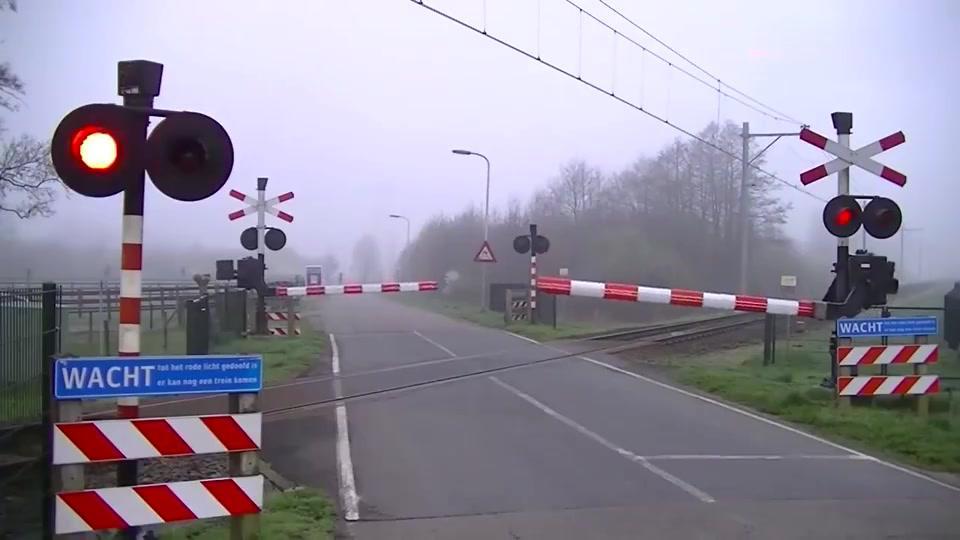 荷兰铁路道口,还真是特别,火车经过瞬间更是惊艳
