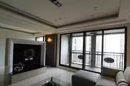 阳台与客厅相连要这么装,否则,装错毁阳台
