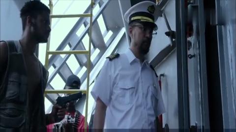 恐怖分子打劫巨轮,船长骗他们说有黄金,打开舱门后毒死所有人