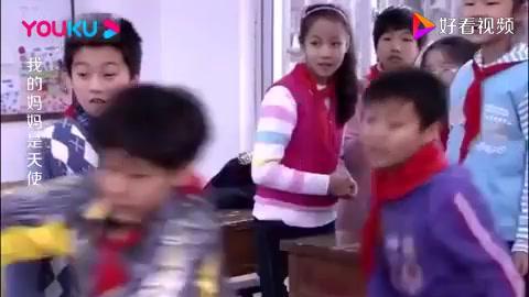傻男孩和班上同学打架,不想妈妈拉他出门后,还和妹妹偷着打手势