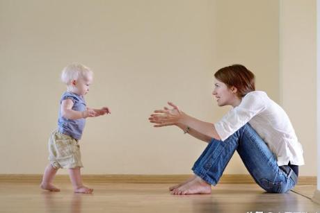 宝宝学走路的时候为什么推开你们的手,不让你牵着他?