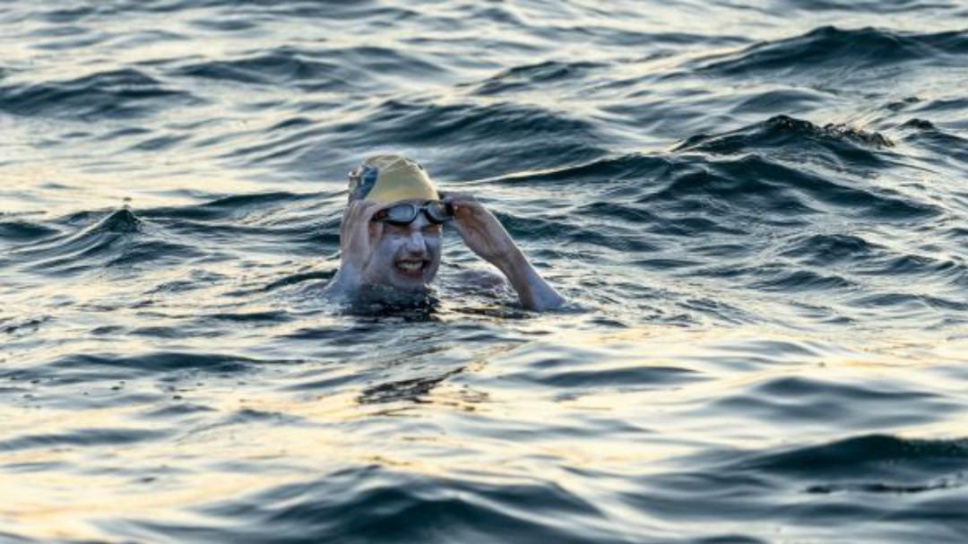 连续4次游过英吉利海峡,乳腺癌幸存者创纪录