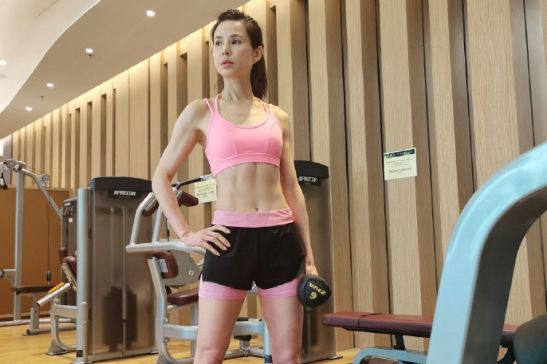 李若彤晒健身照,玩瑜伽球做下腰动作,大秀马甲线肌肉线条明显!