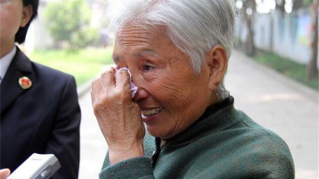 婆婆去城里看孙子,走时儿媳给我两条旧打底衫,到家我穿上直流泪