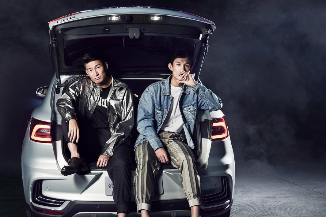 颜骏凌、于海与王燊超3位上港俱乐部球员为某牌品汽车拍摄写真
