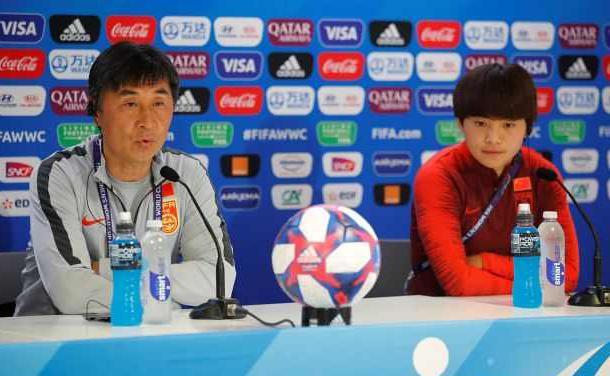 中国女足迎来世界杯淘汰战,发布会上贾秀全携王霜出席表情轻松!