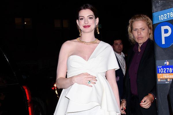 美国甜心安妮·海瑟薇一袭白装巧遮孕肚,漆黑夜色挡不住超高颜值
