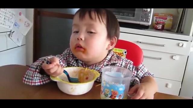 小宝宝实在太困,嘴角还挂着饭呢就坐着打瞌睡,好怕摔倒啊