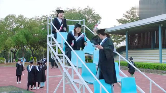 满满喜欢你:小满学校毕业典礼,同学拿出手机来记录,小满竟然有