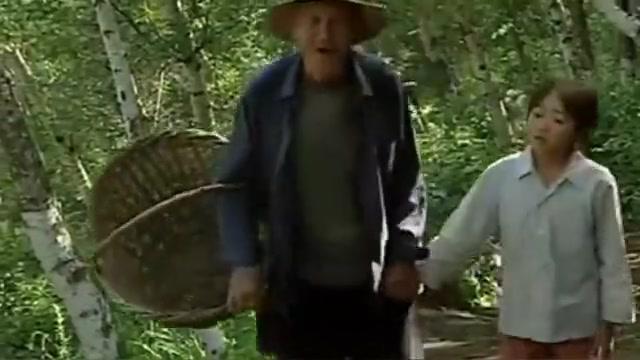 小花翻山越岭采了几个蘑菇,单独留下一颗,要给爷爷熬汤喝
