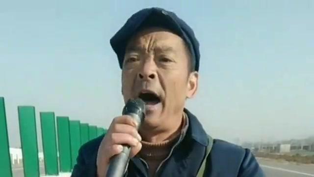 农村大叔翻唱《阿爸阿妈》,歌声舒爽动听,不比原唱差