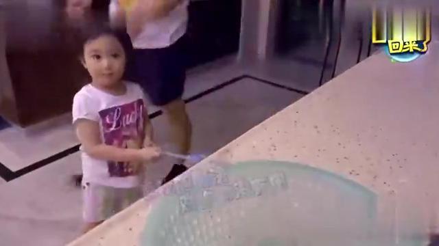 奥莉吃着饺子发出小老虎的声音,吃的真香,姨母的心都要化了