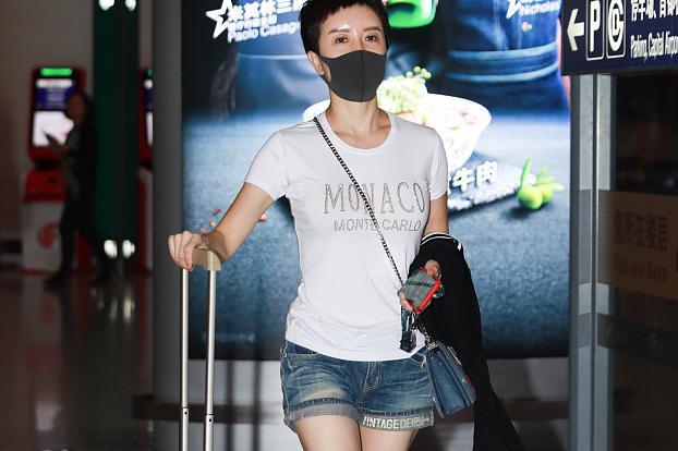 金巧巧现身机场,皮肤光滑紧致大秀美腿