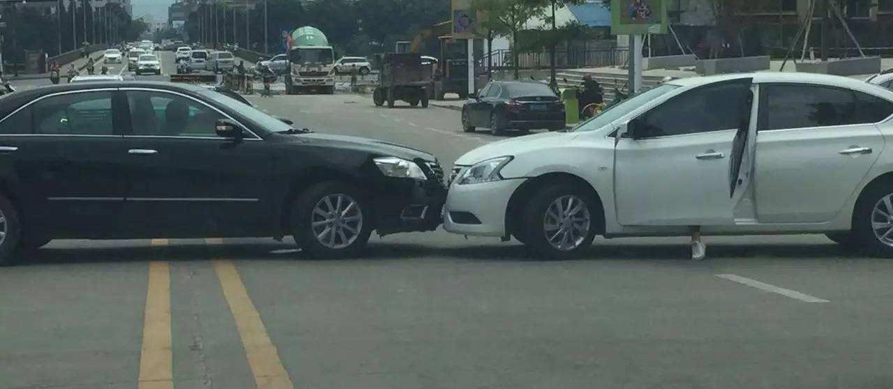 囧哥:父亲开车追尾了亲闺女