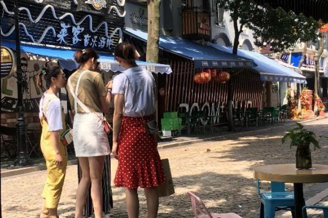中国女排4姐妹打扮时尚逛街!王梦洁很卡通,李盈莹穿裙子
