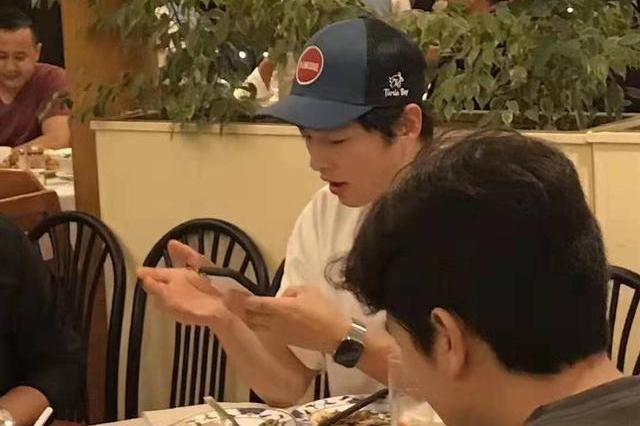网友在外国偶遇宋仲基,打扮低调与好友聚餐,看上去状态十分不错
