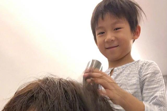陈浩民6岁儿子变发型师,细心为蒋丽莎吹头发,面对镜头笑容可爱
