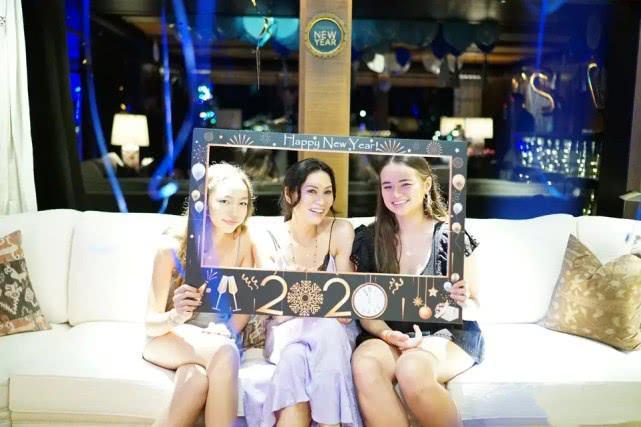 邓文迪带两女儿庆新年,一袭吊带裙C位笑容明媚,两女儿短裙抢镜