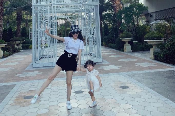方媛与女儿同框秀腿,穿短裙背包少女感十足
