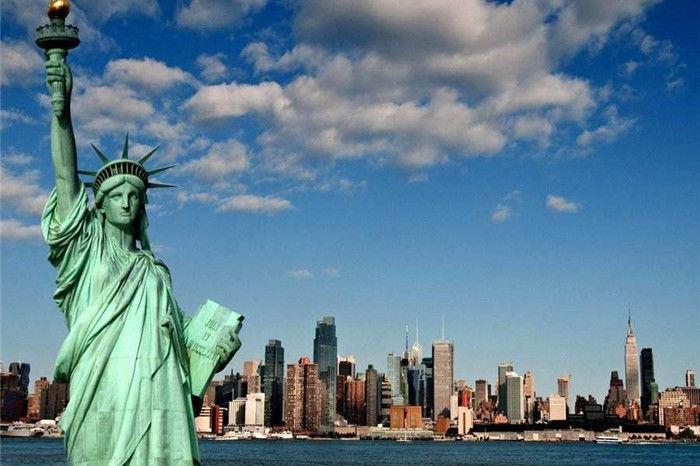 法国举国筹钱,送美国自由女神像,那女神手里拿的到底是什么?