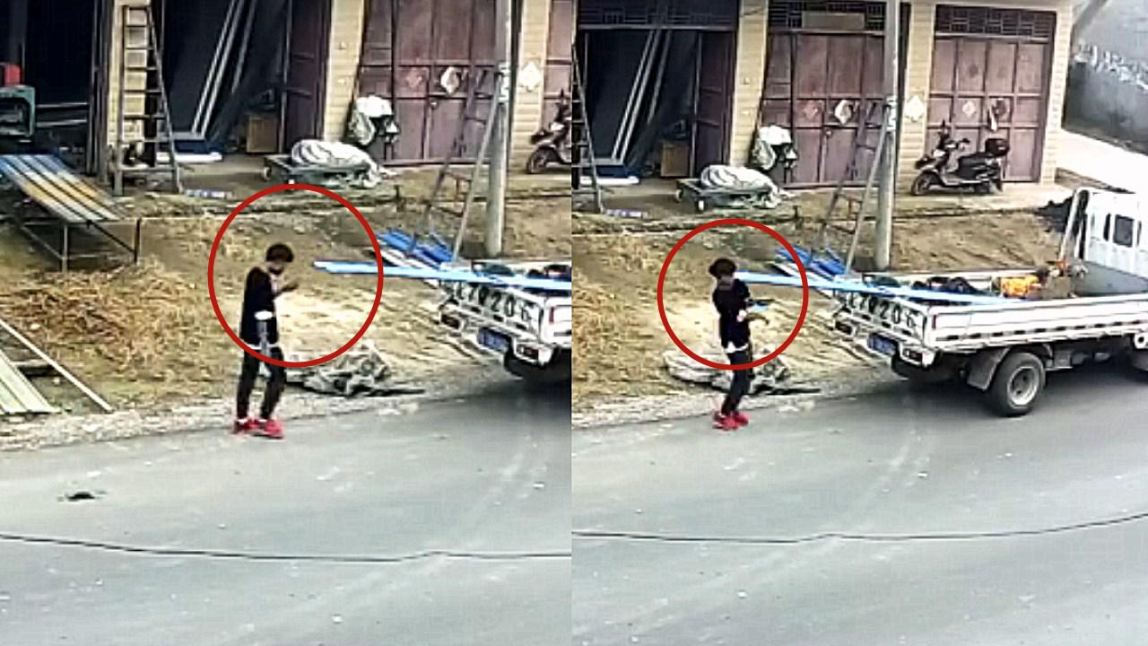 """监拍:安徽""""低头族""""男孩走路玩手机 不慎撞上铁皮割破额头"""