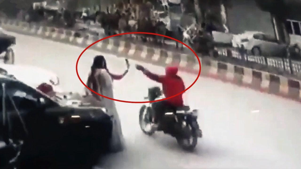 """监控视频!两女子路边开心自拍 遭""""飞车""""劫匪顺势抢走手机"""